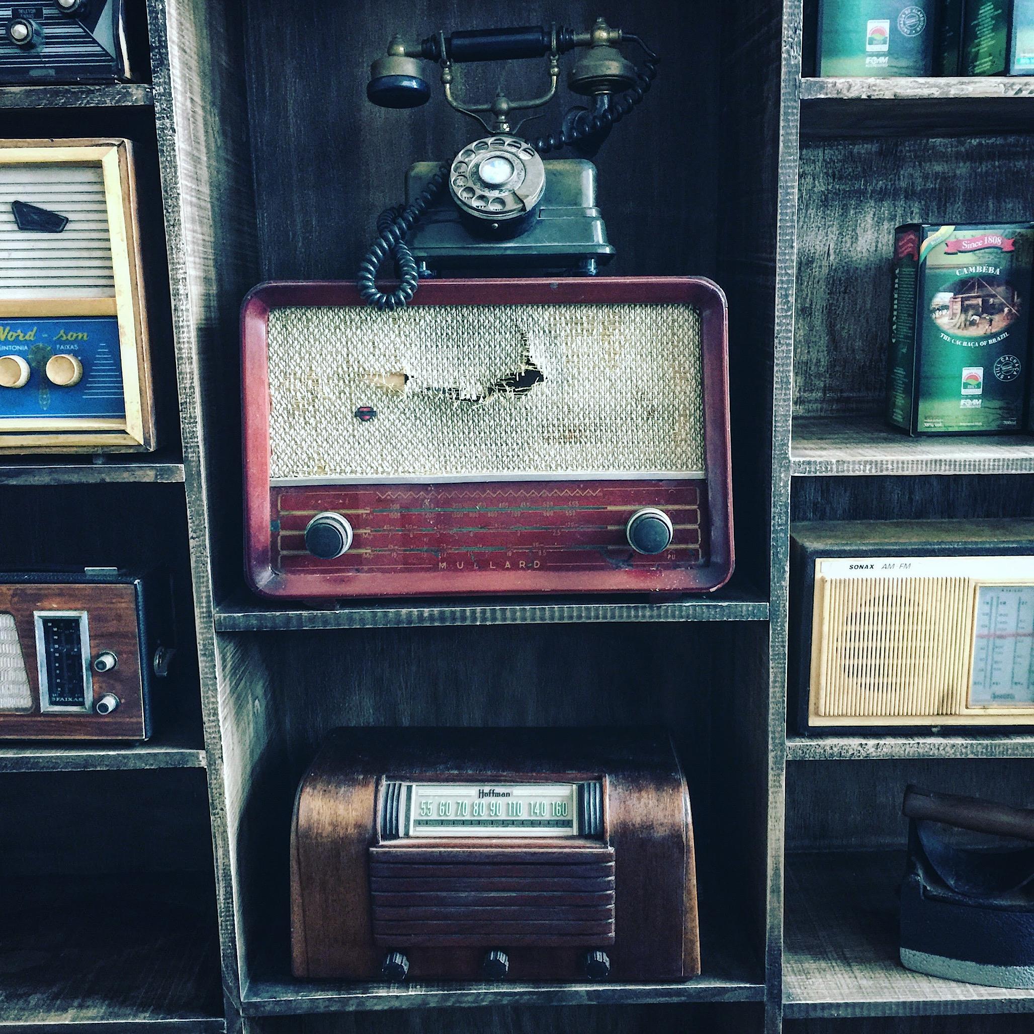 Vecchie radio e telefoni