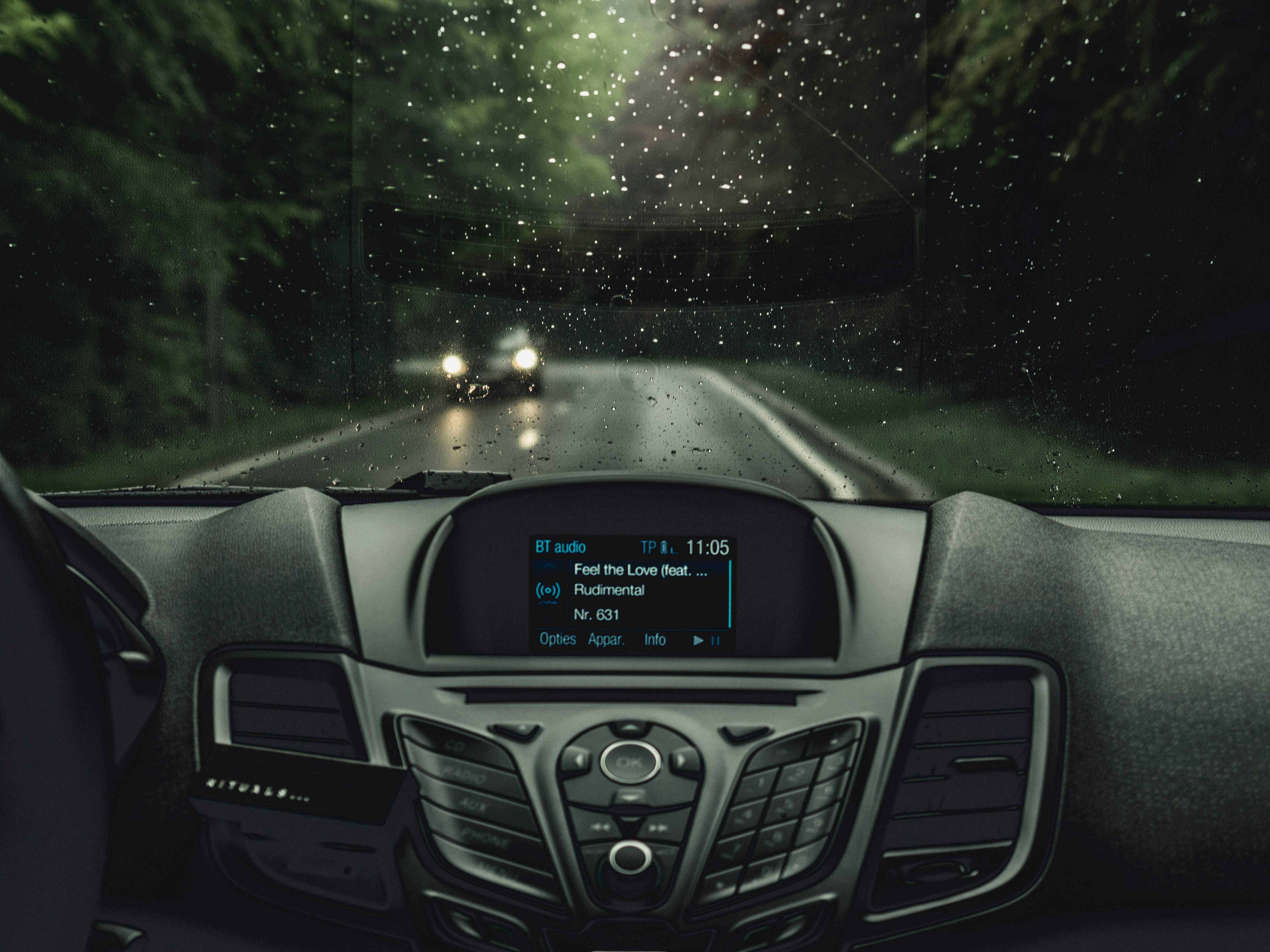 Un sistema di car entertainment che trasmette un podcast