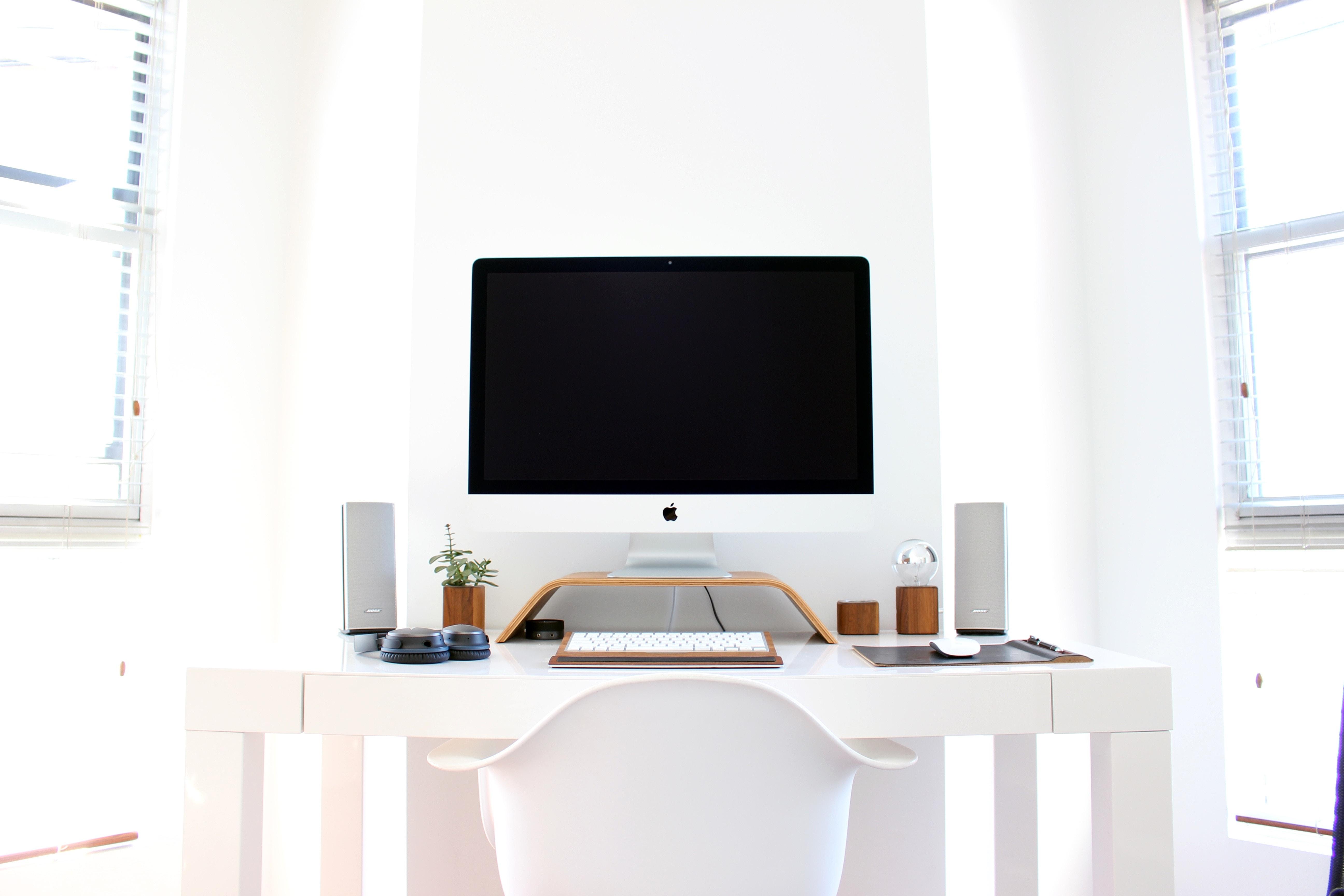 Pc fisso su una scrivania bianca